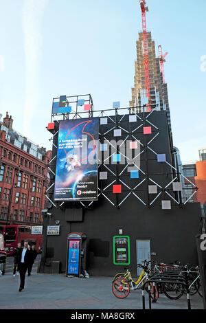 Vodafone dsl Werbung auf elektronische Anzeigentafel Alte Straße Kreisverkehr an der Ecke der Old Street und City Road in London UK KATHY DEWITT - Stockfoto