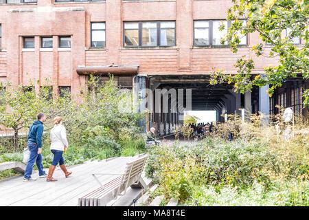 New York City, USA - 30. Oktober 2017: Highline, High Line Boardwalk, Spaziergang, Urban Garden in New York City NEW YORK CITY mit vielen Menschen Touristen wandern in Che - Stockfoto
