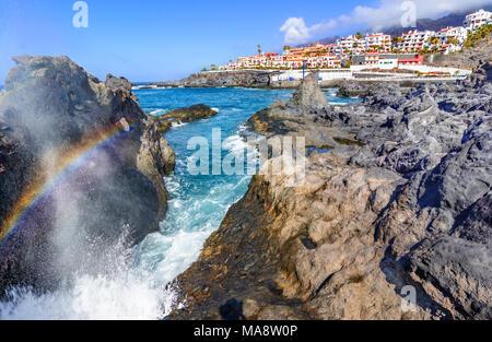 Puerto de Santiago, Teneriffa, Kanaren, Spanien: Schöne Aussicht auf Puerto de Santiago über die Felsen und Wasser - Stockfoto
