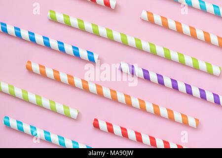 Bunt gestreifte Trinkhalme Muster auf Pastell rosa Hintergrund minimal kreatives Konzept - Stockfoto
