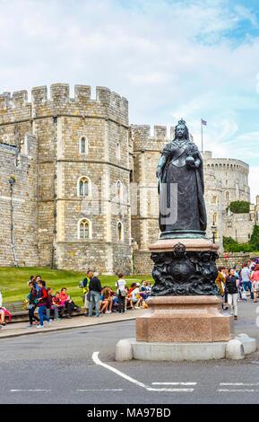 Statue von Queen Victoria außerhalb der Mauern und Eintritt zu Schloss Windsor in Windsor Innenstadt, Castle Hill, Windsor, Berkshire, Großbritannien - Stockfoto