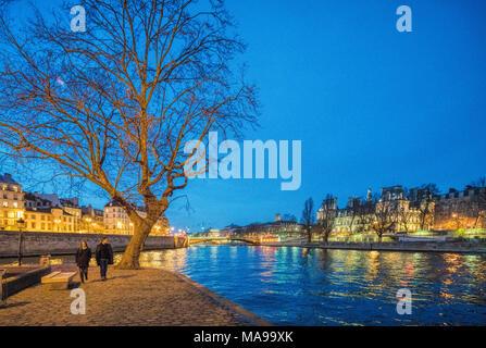 Ein paar wenige durch den Fluss Seine auf der Insel Saint Louis, Paris, Frankreich - Stockfoto