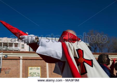 """Madrid, Spanien. 29 Mär, 2018. büßer Dressing mit traditioneller Kleidung für die Prozession, während der gründonnerstag Prozession im """"Colegio de los PP Escolapios Calasancio"""" Madrid, Spanien, bekannt als """"procesión del Divino Cautivo"""" - Stockfoto"""