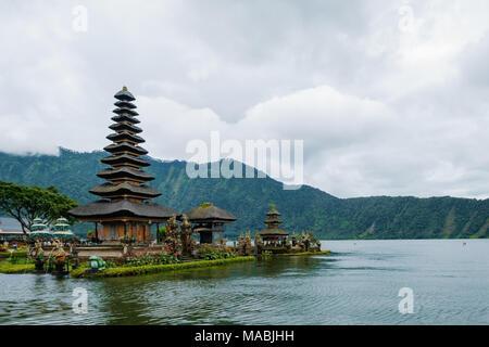 Bali, Indonesien - Januar 12, 2018: der berühmte Tempel in der Nähe von Gunung Batur Vulkan Batur See Indonesien. - Stockfoto