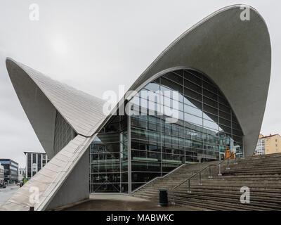 Öffentliche Bibliothek und Archiv, Tromso, Troms, Norwegen. Das geschwungene Dach ist für die Sicher channeling schmelzenden Schnee ausgelegt. - Stockfoto