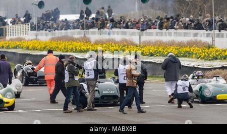 Drücken Sie und Fotografen versammeln sich auf die Startaufstellung für die salvadori Cup Rennen am Goodwood 76th Mitgliederversammlung, Sussex, UK. - Stockfoto