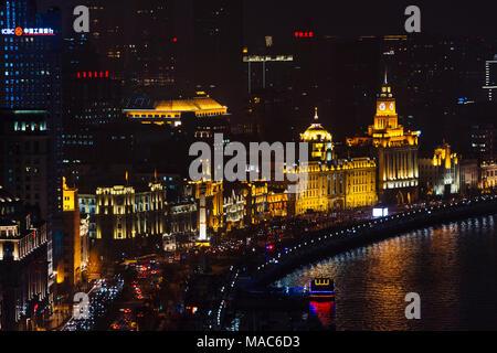 Nachtansicht der kolonialen Gebäude entlang der Bund durch den Fluss Huangpu, Shanghai, China - Stockfoto