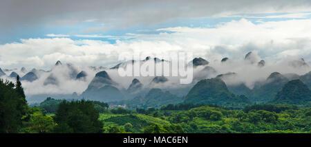 Kalkstein Hügel im Nebel, Xingping, Guilin, Guangxi, China - Stockfoto