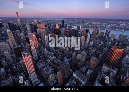 Luftaufnahme von Midtown Manhattan Wolkenkratzer bei Sonnenuntergang, Murray Hill, New York City - Stockfoto