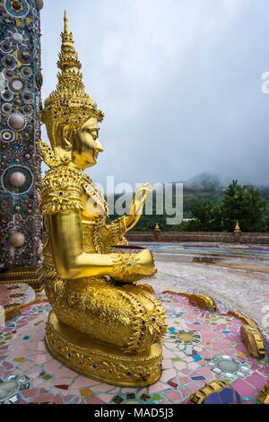 Outdoor Golden Buddha Bild in schöne buddhistische Tempel, Wat Phasornkaeo wo buddhistische Gottesdienst in Petchabun leben, Thailand - Stockfoto