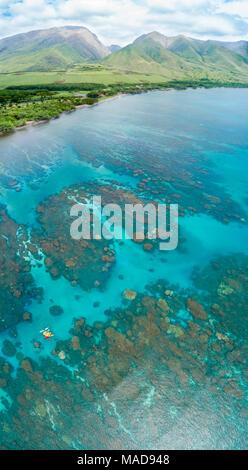 Ein Luftbild von Kajaks über die Riffe aus Olowalu, West Maui, Hawaii, USA. Sechs Fotografien wurden für diese letzte Bild kombiniert.