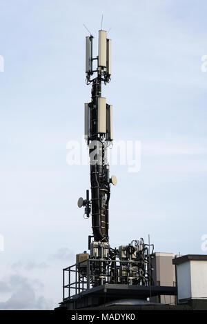 Mobilfunk Antenne auf dem Dach - Stockfoto