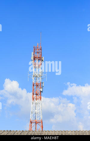 Telecommunication Tower mast TV und Radio Antenne - Stockfoto