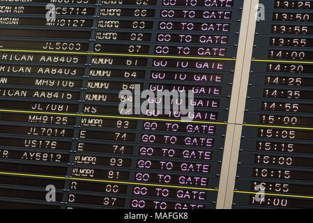 Flughafen Abreise board mit Gehe zu Gate unterzeichnen. - Stockfoto