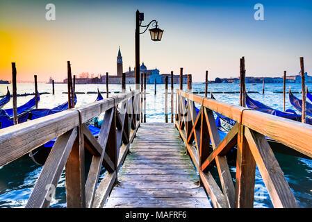 Venedig, Italien. Sunrise mit Gondeln am Canale Grande, Piazza San Marco, Adria.
