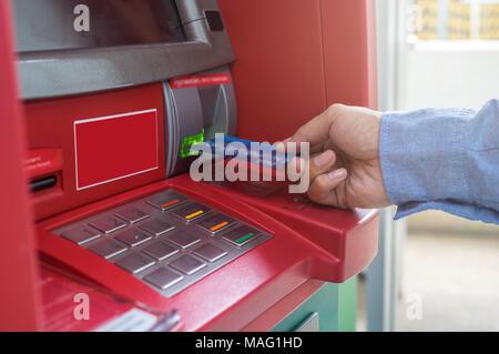 Nahaufnahme der männlichen Hände über und mit ATM Card in Bank Maschine für das Geld, Business Technology banking Konzept zurückziehen - Stockfoto