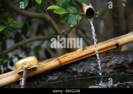 Chozubachi, Wasser Reinigungsritual Becken mit einem Bambus Trinkschnabel und ein pendelarm, die Japanischen Wabi-Sabi Ästhetik Philosophie, die Schönheit in Nat findet - Stockfoto