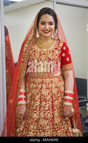 Eine schöne Sikh Braut posiert gerade vor Ihrer Trauung im Gurdwara Sikh Kulturellen Gesellschaft in Richmond Hill, Queens, New York City. - Stockfoto