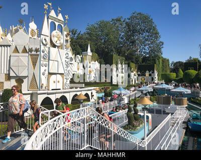 ANAHEIM, Ca - 16. OKTOBER 2017: Kleine Welt Attraktion in Disneyland Kalifornien an einem geschäftigen Tag mit schönen blauen Himmel und super Wetter. - Stockfoto