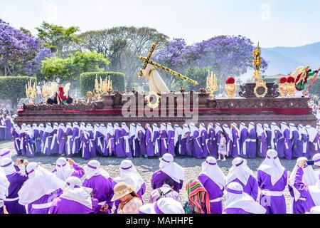 Antigua, Guatemala - März 25, 2018: Palmsonntag Prozession vor der zentralen Park in der kolonialen Stadt mit berühmten Heiligen Woche feiern - Stockfoto