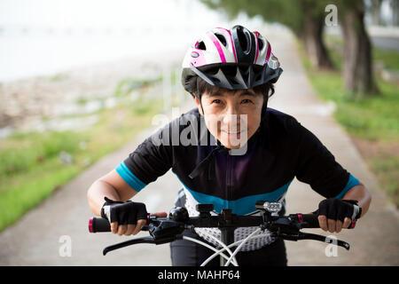 Freudige senior Frau mit dem Fahrrad - Stockfoto