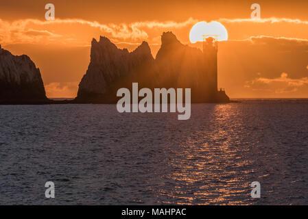 Nadeln Sonnenuntergang. Die sunsetting in der Nähe der Nadeln Felsen und Leuchtturm, bei akum Bay, Isle of Wight - Stockfoto