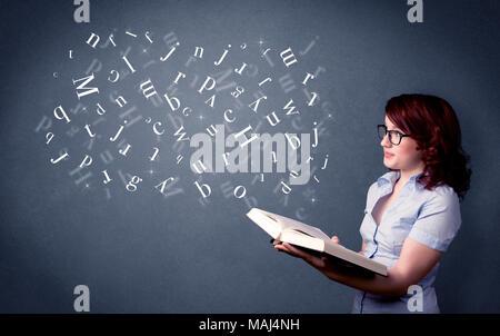 Lässige junge Frau mit Buch mit weißen Buchstaben fliegen aus Es - Stockfoto
