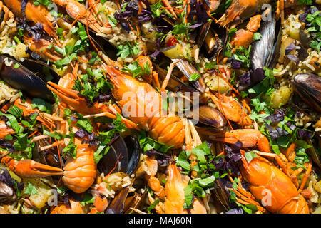 Hausgemachte spanische Paella mit Garnelen Muscheln und? rayfish - Stockfoto