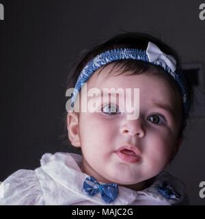 - Nahaufnahme Portrait von einem 5 Monate alten Baby Girl, direkt durch die Kamera. Süße kleine Baby girl - Stockfoto