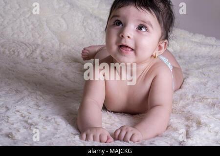 Little Baby tragen eine Windel liegen auf einem weißen flauschigen Decke - Stockfoto