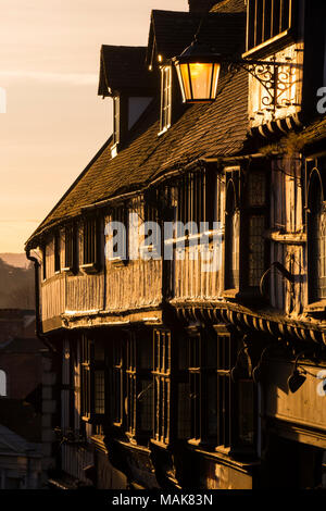 Sunrise leuchtet Fachwerkhäuser auf Wyle Cop, Shrewsbury, Shropshire. - Stockfoto