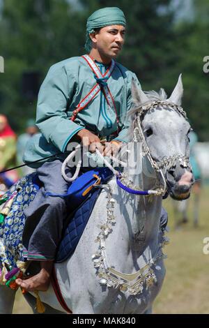 """Mitglieder der Arabischen Gruppe anzeigen 'königlichen Kavallerie von Oman 'Ride in prächtigen Gewändern während der großen Pferd Veranstaltung """"Pferd International"""" in München. - Stockfoto"""
