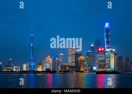 Shanghai, Shanghai, China. 2 Apr, 2018. Shanghai, China - 2. April 2018: Die blaue Lichter von Wolkenkratzern kann am Bund in Shanghai, April 2nd, 2018 gesehen werden, Kennzeichnung Welt Autismus Bewußtsein Tag. Credit: SIPA Asien/ZUMA Draht/Alamy leben Nachrichten - Stockfoto