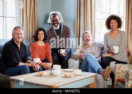 Portrait von im mittleren Alter Freunde treffen im Café - Stockfoto