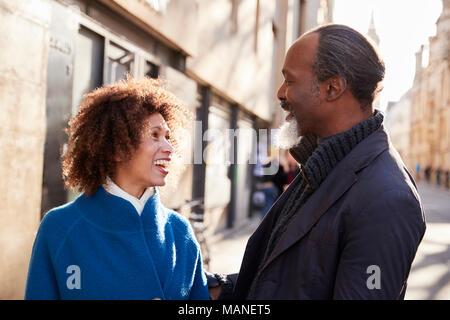Paar mittleren Alters zu Fuß durch die Stadt im Herbst zusammen - Stockfoto