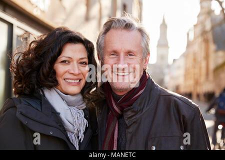 Portrait von Reifes Paar zu Fuß durch die Stadt im Herbst zusammen - Stockfoto