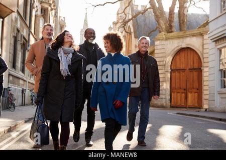 Gruppe von Reifen Freunde zu Fuß durch die Stadt im Herbst zusammen - Stockfoto