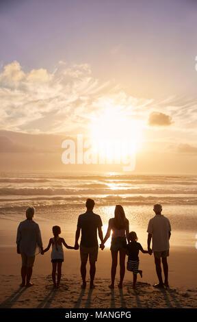 Ansicht der Rückseite des Multi Generation Familie Silhouette am Strand - Stockfoto