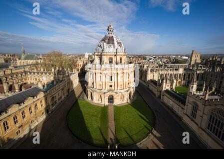 Oxford. England. Blick auf Radcliffe Camera, Radcliffe Square mit Brasenose College auf der linken Seite, und All Souls College, rechts. Von James Gibb konzipiert - Stockfoto