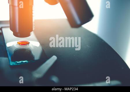 Nahaufnahme der Mikroskop mit Metall objektiv im Labor. Wissenschaftliche und medizinische Forschung Hintergrund. - Stockfoto
