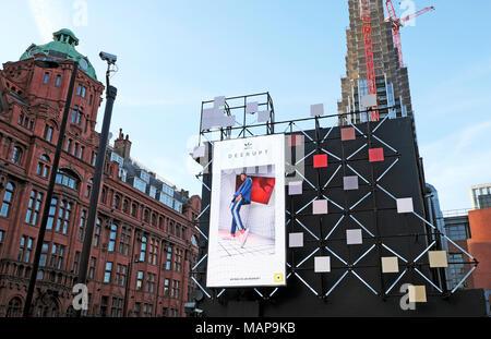 Adidas Deerupt Anzeige elektronische Plakatwerbung Schuhe auf der Ecke der Stadt Straße an der alten Straße Kreisverkehr in London UK 2018 KATHY DEWITT - Stockfoto