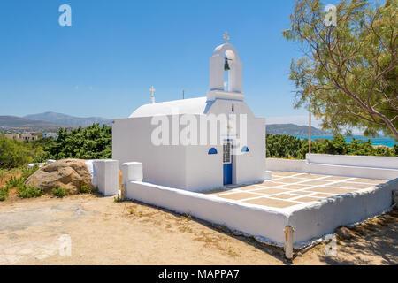 Traditionelle griechische weiß getünchten Kirche in Agia Anna. Insel Naxos Kykladen, Griechenland. - Stockfoto