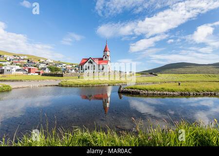 Kirche von Sandavagur im Wasser spiegelt, Vagar Island, Färöer, Dänemark, Europa - Stockfoto