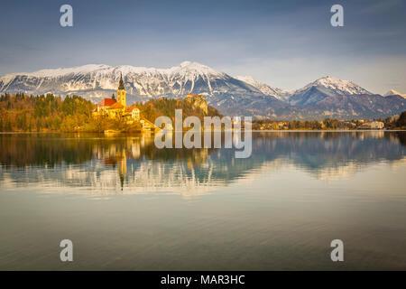 Bleder See und der Kirche Santa Maria (Kirche der Himmelfahrt) und die Burg von Bled und die Julischen Alpen im Hintergrund, Gorenjska, Slowenien sichtbar, Europa - Stockfoto