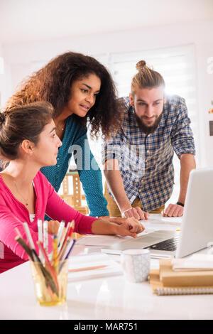 Brainstorming bei der Inbetriebnahme Büro. multi-ethnischen Creative Team - Stockfoto