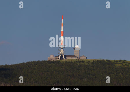 Alte und neue Getriebe Turm auf dem Gipfel des Brocken, Sachsen-Anhalt, Deutschland. Der alte Fernsehturm ist jetzt als Hotel und Restaurant genutzt - Stockfoto