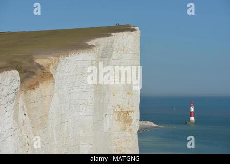 Beachy Head Lighthouse aus South Downs Way gesehen auf die Seven Sisters Cliffs, East Sussex, England, Großbritannien - Stockfoto