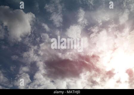 Weiße flauschige Wolken vor blauem Himmel - Stockfoto