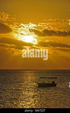 Den ruhigen Stränden der South Pacific Ocean sind wirklich das Paradies gefunden. Dieser Sonnenuntergang ist über die Coral Coast auf der Insel Viti Levu (Fidschi) - Stockfoto