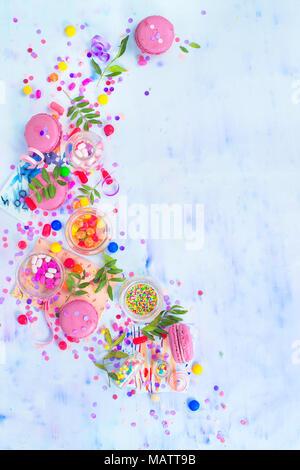 Rosa Macarons, Bonbons, Konfetti und streuseln in einer kreativen Partei Vignette mit kopieren. Bunte Feier flach. - Stockfoto